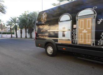 منار الراوي تبيع عبائاتها في متجر متنقل