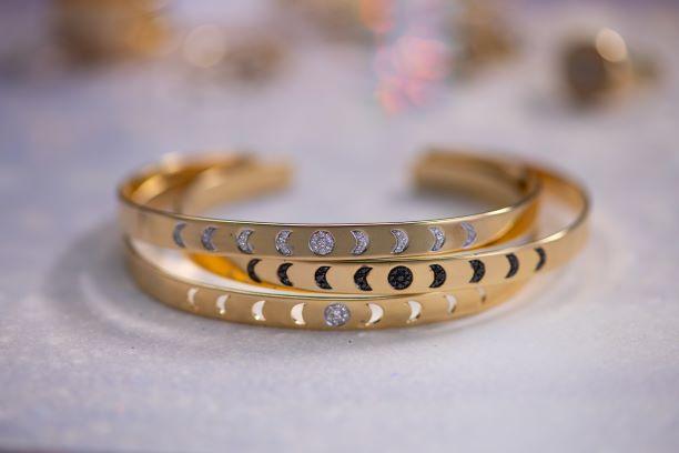 مصممتان تطلقان مجوهرات من وحي رسوم القمر