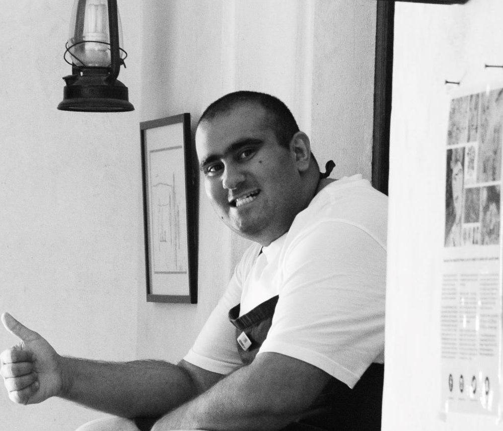 شاب اماراتي من أصحاب الهمم يصمم غلاف مجلة طيران الامارات للترفيه الجوي
