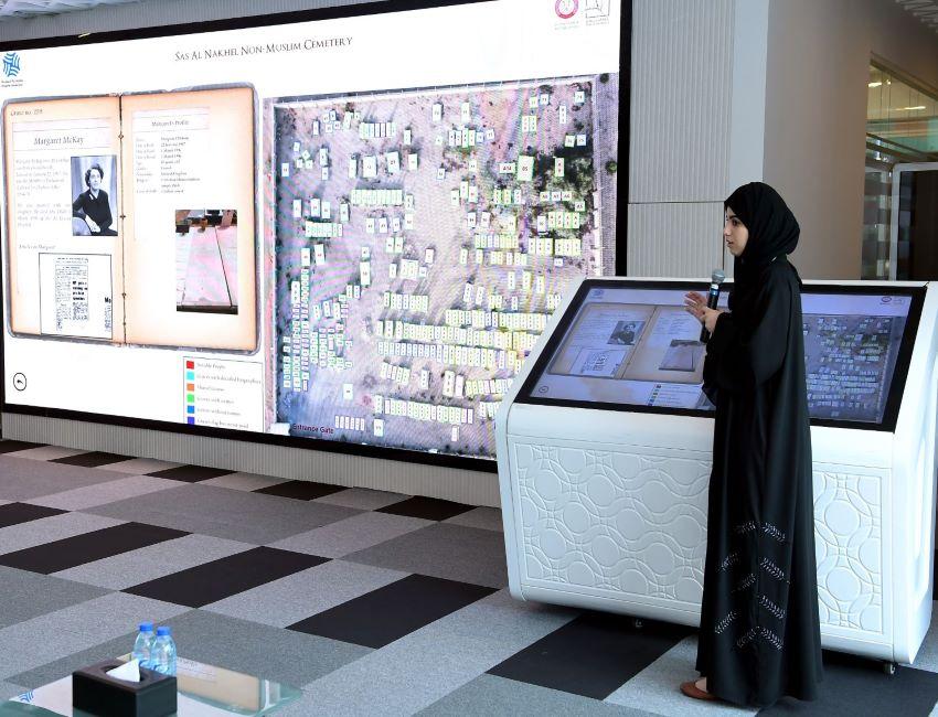 شاشة تعرض معلومات عن شخصيات متوفاة من أديان مختلفة