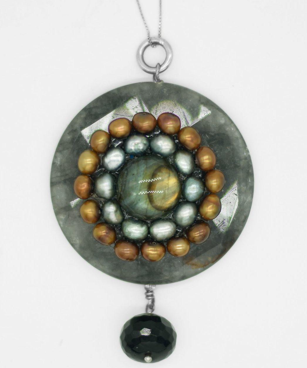 صديقتان ايطاليتان تبدعان مجوهرات باستخدام الأحجار الكريمة